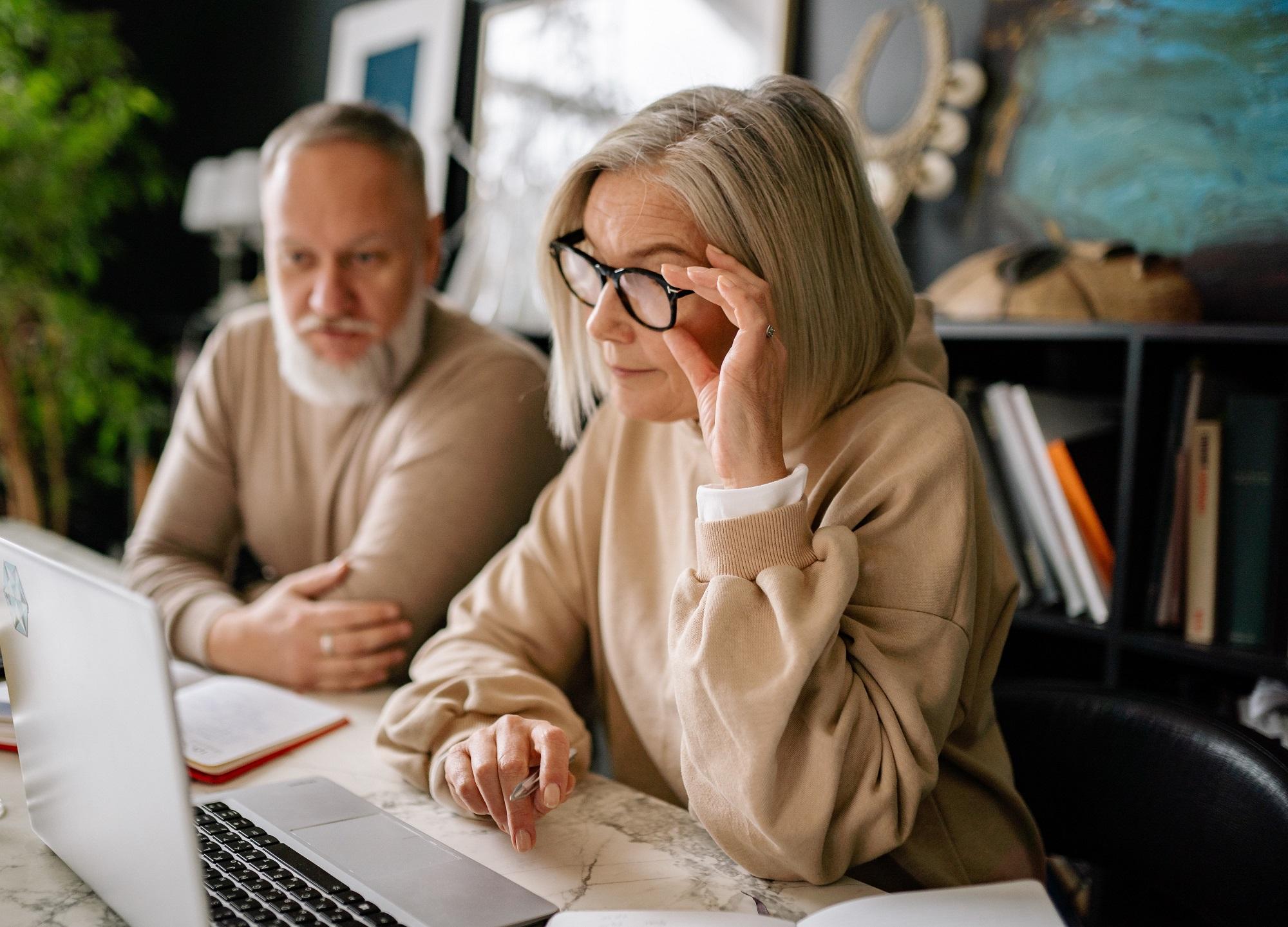 mężczuna i kobieta nad laptopem